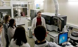 В лаборатории АНАЛИТ прошла экскурсия для школьников